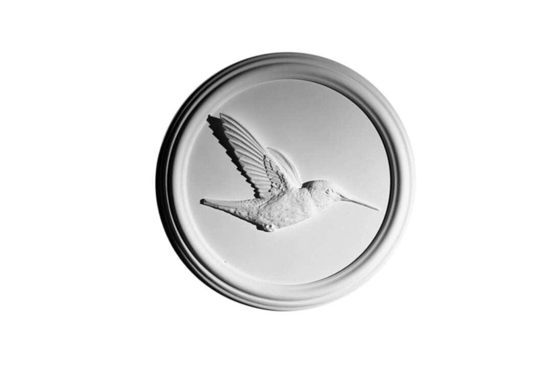 Современный барельеф с изображением колибри