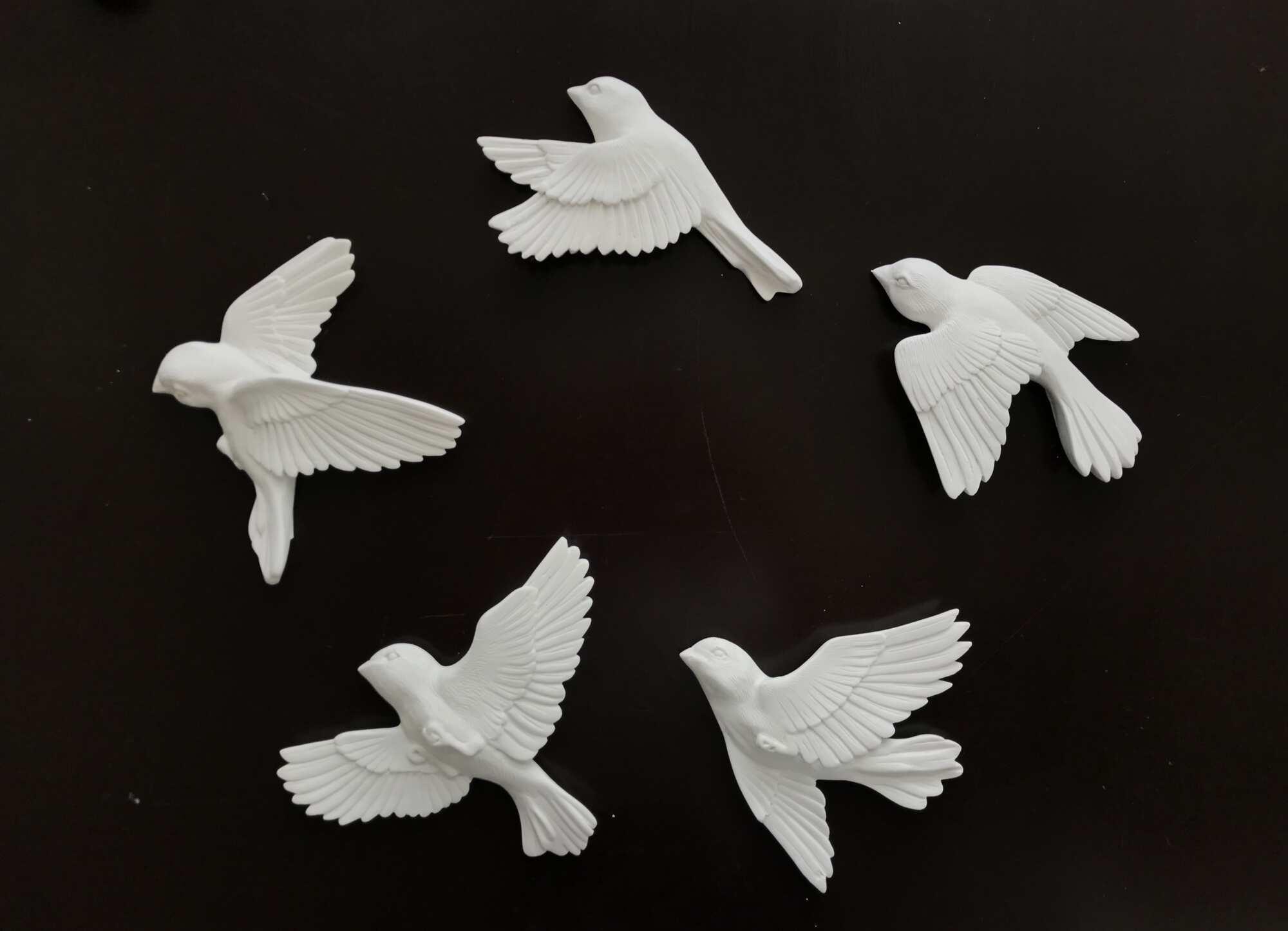 Белая скульптура в виде стаи птиц