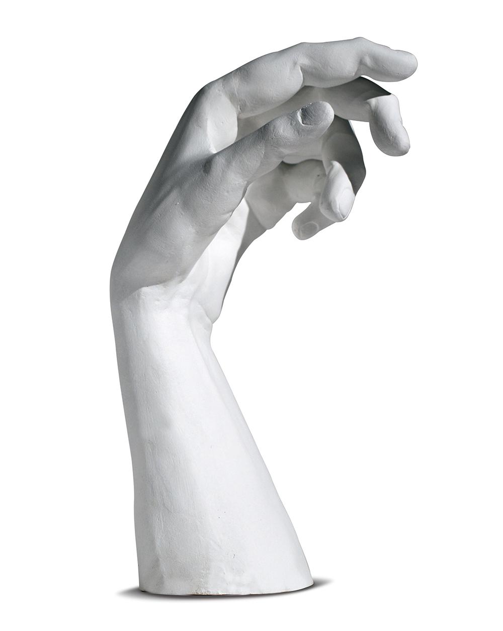 Современный барельеф с изображением руки